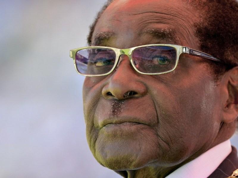 """Está sendo propalada uma carta nas redes sociais que se acredita ser da autoria de Robert Mugabe. Leia abaixo. """"UMA CARTA TÃO EMOCIONANTE DE ROBERT MUGABE PARA O POVO DO ZIMBABWE"""""""