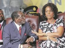 O antigo presidente do Zimbabwe, Robert Mugabe exigiu um teste de paternidade para os filhos de Grace, a desconfianca surge num momento em que militares
