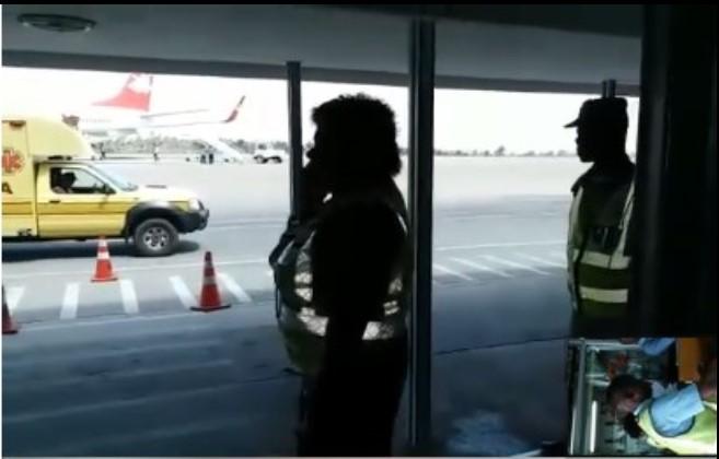 Um vídeo amador correndo as redes sociais feito por um dos passageiros dentre o grupo que aguarda viagem num avião das LAM, na cidade de Nampula.