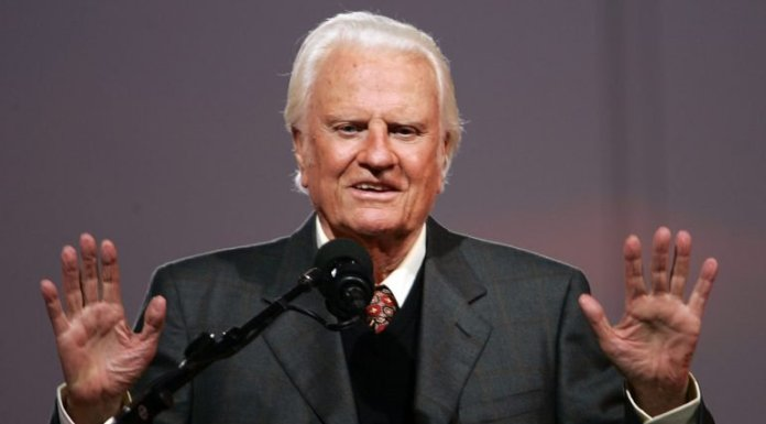 Era um dos pastores evangélicos mais famosos e influentes do século XX e foi conselheiro de vários presidentes norte-americanos. Billy Graham morreu esta quarta-feira. Tinha 99 anos