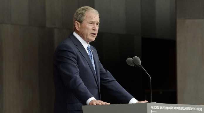 """O ex-presidente dos Estados Unidos George W. Bush afirmou nesta quinta-feira (8) que existem """"provas claras"""" de que a Rússia interferiu nas eleições presidenciais norte-americanas de 2016"""