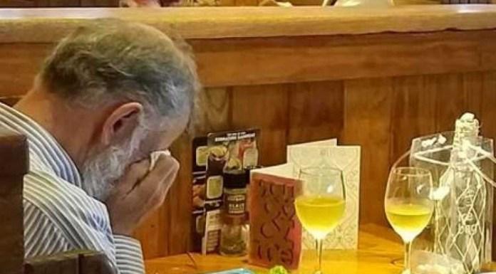 O homem que se vê na imagem, conta Chasidy, todos os anos leva as cinzas da mulher a almoçar consigo no Dia dos Namorados