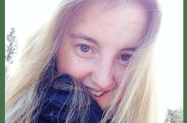 """A mulher que atualmenteconta com 25 anos, pensou que estava """"apenas atrasada em relação às amigas"""" que já tinham a menstruação"""