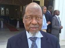 """Antigo Presidente moçambicano vai tentar evitar uma crise pré-eleitoral A cimeira extraordinária de chefes de Estado e de Governo da """"Dupla Troika"""" da Comunidade de Desenvolvimento da África Austral (SADC) designou o antigo Presidente de Moçambique, Joaquim Chissano, enviado especial para Madagáscar, que vive um período de grande tensão pré-eleitoral. A decisão foi tomada na reunião da """"Dupla Troika"""", realizada nesta terça-feira, 24, em Luanda, segundo um comunicado divulgado na capital angolana. """"A cimeira notou a evolução dos acontecimentos na República de Madagáscar, condenou a perda de vidas e a destruição de bens e exortou o Governo, os partidos políticos e todos os cidadãos em geral em Madagáscar a pautar pela calma, agir com contenção e tomar medidas para evitar a escalada das tensões políticas e ameaças à segurança"""", pode-se ler no comunicado divulgado no final do encontro que analisou a situação na República Democrática do Congo e Madagáscar."""