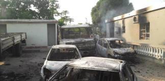 A população incendiou nove viaturas e três casas, uma das quais do suposto traficante de órgãos humanos e outra de um provável trabalhador deste
