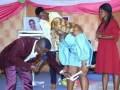 De acordo com uma página no Facebook chamada Naija, veja este pastor nigeriano que tirou a roupa interior de uma crente da igreja