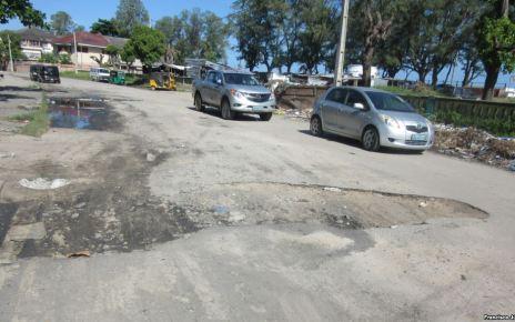 Município diz que tenta resolver o problema, mas alerta que não tem dinheiro A cidade moçambicana da Beira conta as vias de acesso que não têm buracos.