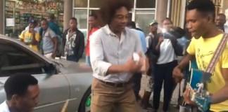 O músico Stewart Sukuma encantou-se com um grupo de jovens que toca usando material convencional e os convidou para actuar em espectáculo