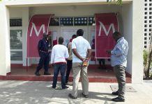 Daviz Simango nega passar para frente, numa bicha de ATM, apesar de tanta insistência das pessoas presentes, há quem diga que é política.