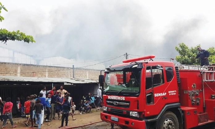 A viatura dos bombeiros embateu contra uma residência, esta segunda-feira, na Beira, ao tentar evitar um embate frontal contra um transporte semi-colectivo de passageiros