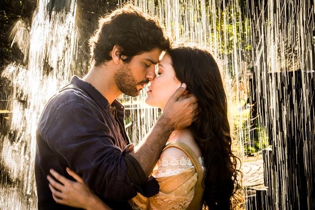 Inácio (Bruno Cabrerizo) e Maria Vitória (Vitória Strada) em Tempo de Amar