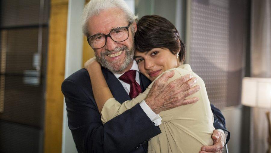 Natanael (Juca de Oliveira) e Adriana (Julia Dalavia) em O Outro Lado do Paraíso