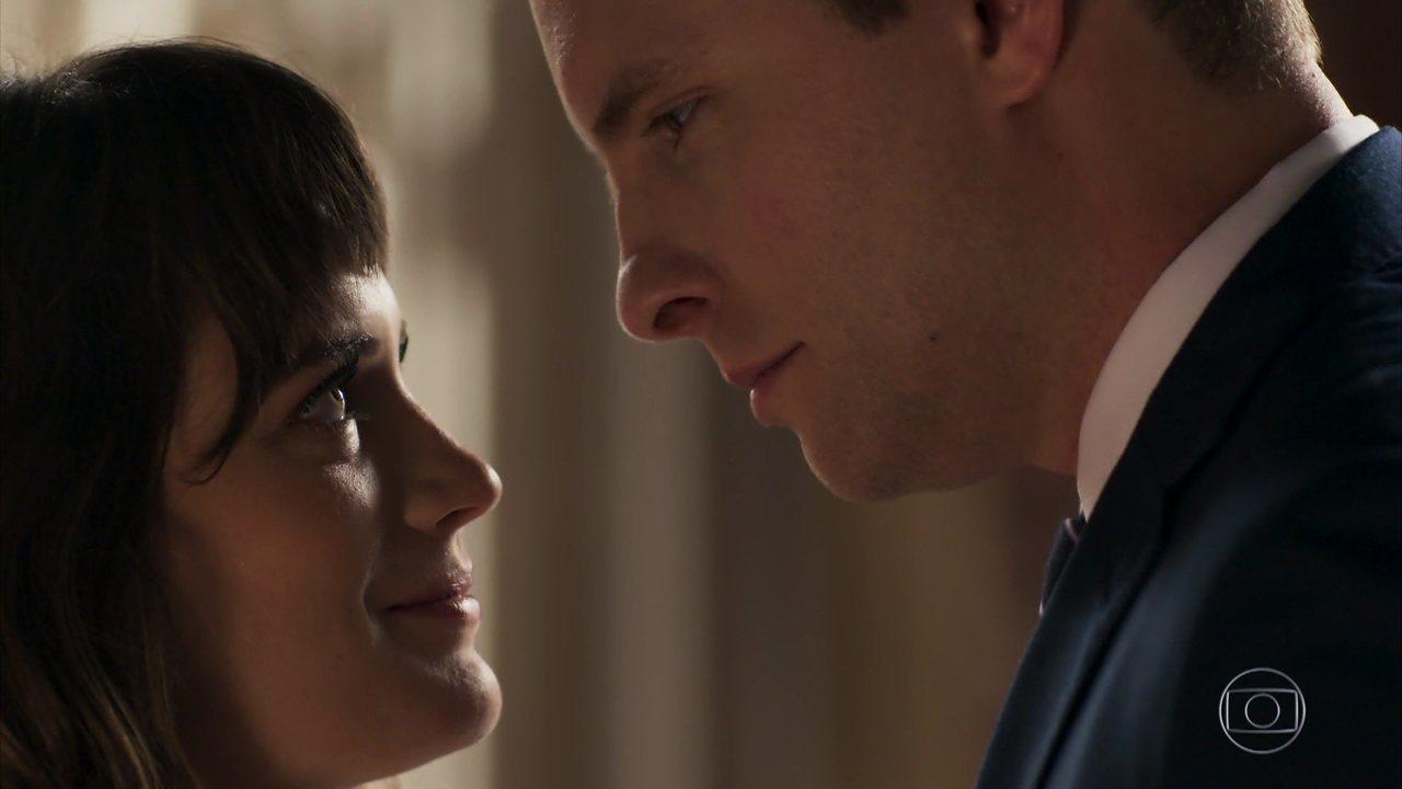 Clara (Bianca Bin) e Patrick (Thiago Fragoso) em O Outro Lado do Paraíso