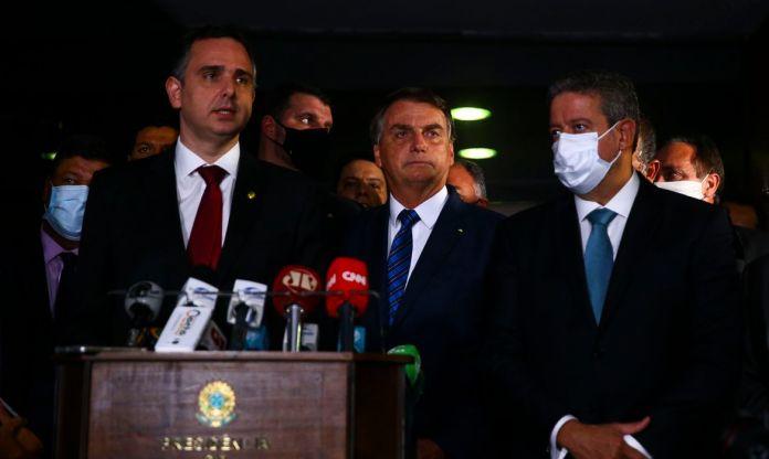 Presidente e ministros apos entrega da MP