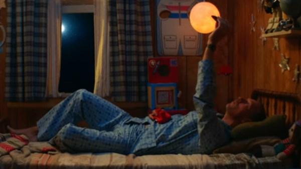 """Coldplay retorna à infância no clipe de """"Champion Of The World"""""""