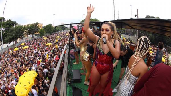 As Bahias e a Cozinha Mineira se apresentam com Big Band para multidão