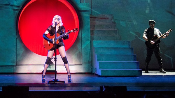 """Em meio à dores e choro, Madonna afirma """"Vou terminar a turnê custe o que custar"""""""