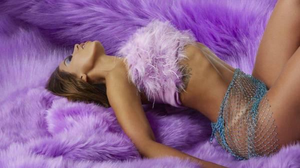 """Em live, Anitta confirma lançamento de """"Tócame"""" para julho"""