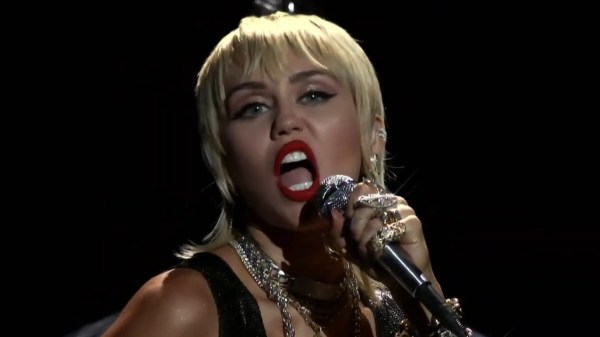"Miley Cyrus disse que vai disponibilizar hoje cover de ""Heart Of Glass"""