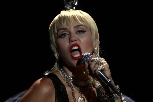 """""""Midnight Sky"""", de Miley Cyrus, torna-se a segunda canção mais vendida no iTunes Worldwide"""