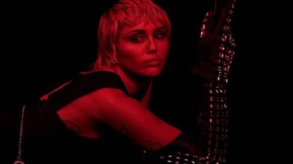 Miley Cyrus confirma Dua Lipa e Billy Idol em seu novo álbum de estúdio