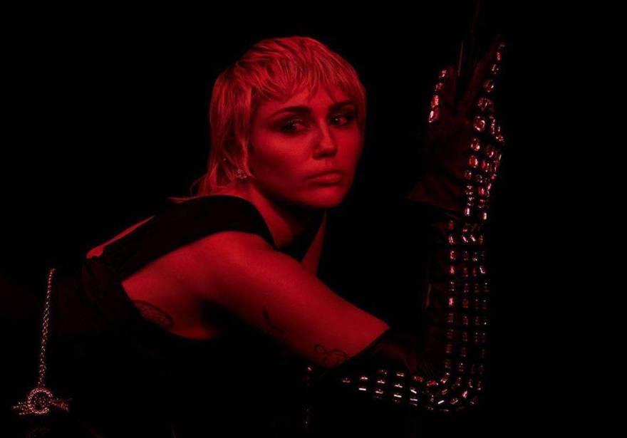 """Na primeira semana de seu """"Plastic Heart"""", Miley Cyrus debuta na segunda posição do Top Global do Spotify"""