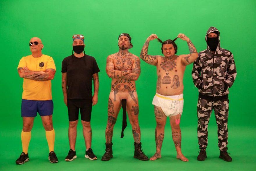 """Tico Santa Cruz surge sem roupa em divulgação do novo clipe do Detonautas: """"Kit Gay"""""""