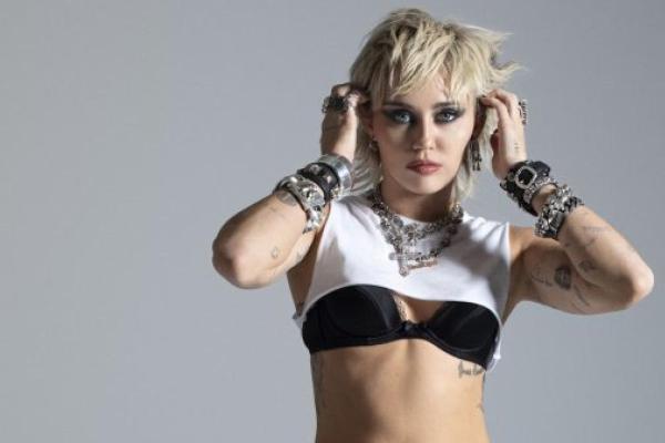"""Miley Cyrus comenta falta de cópias físicas do """"Plastic Hearts"""" ao redor do mundo"""