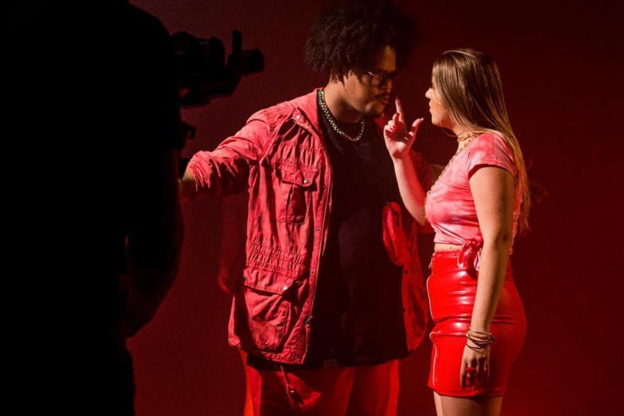 Mica Condé aposta na sedução e exalta o poder e a liberdade feminina em novo clipe