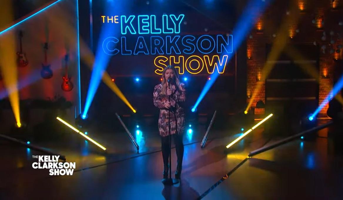 """Kelly Clarkson performa cover de """"No Tears Left To Cry"""", de Ariana Grande, em seu programa de TV"""