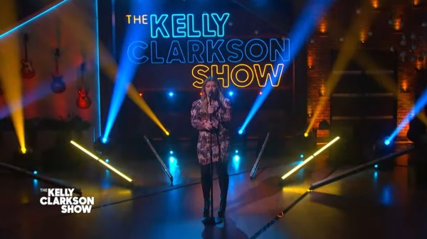 "Kelly Clarkson performa cover de ""No Tears Left To Cry"", de Ariana Grande, em seu programa de TV"