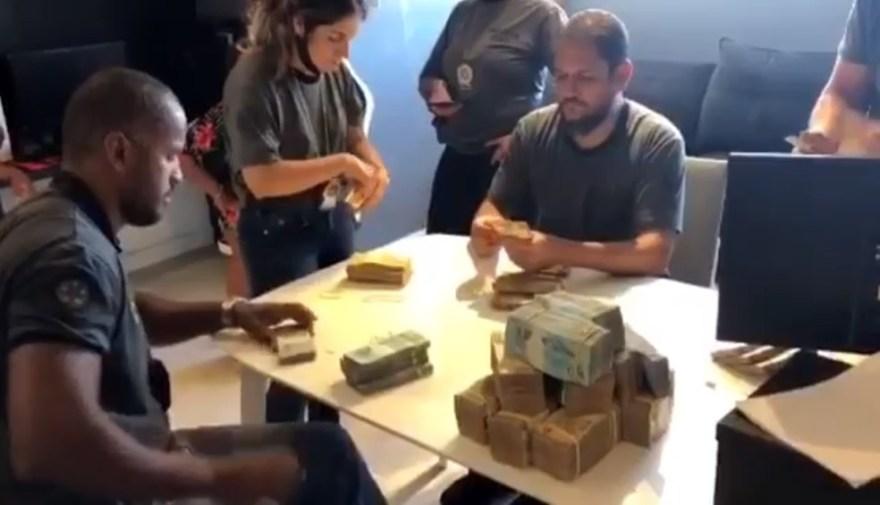 Polícia conta dinheiro em espécie encontrado na mansão de Nego do Borel no Recreio, na Zona Oeste do Rio (Foto: Reprodução)