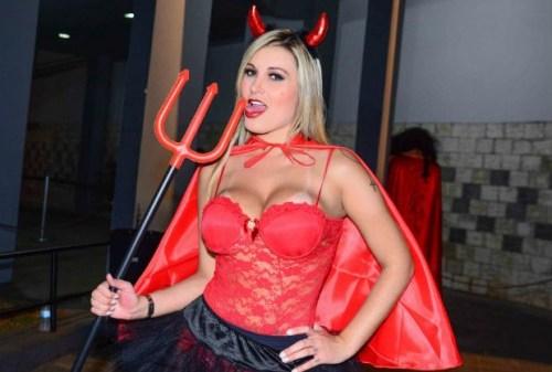 """Andressa Urach ameaça pastores da Universal que lhe chamam de """"diabo"""": """"Contar tudo o que sei"""""""