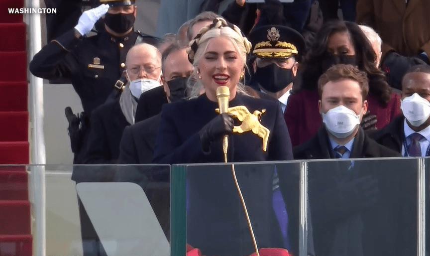 Lady Gaga canta o hino norte-americano em posse de Joe Biden (Foto: Reprodução)