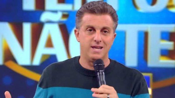 Substituto de Faustão, Luciano Huck não define futuro político, mas renova com a Globo