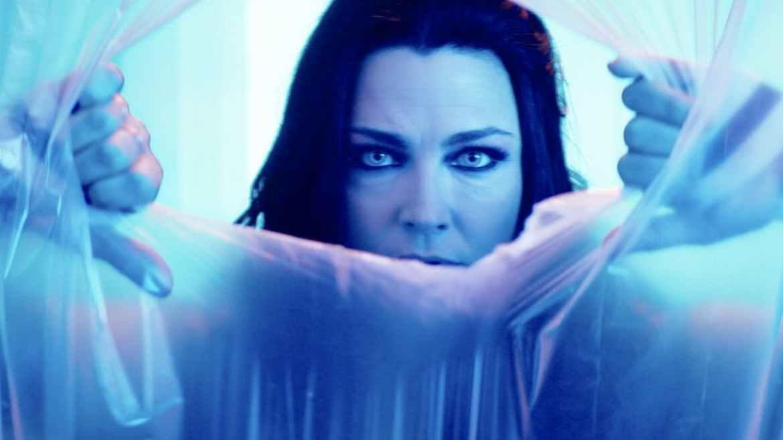 Amy Lee, vocalista do Evanescence no clipe de Better Without You - Imagem: Reprodução