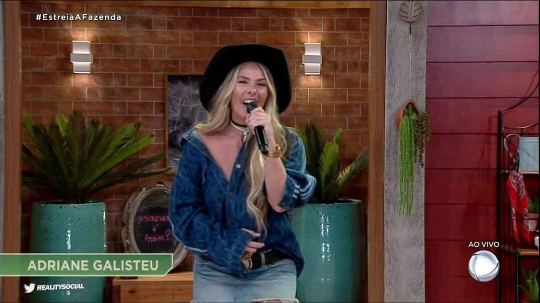 """Vídeo: Em """"A Fazenda"""", Adriane Galisteu cutuca """"Masked Singer"""": """"Não tem peão mascarado"""""""