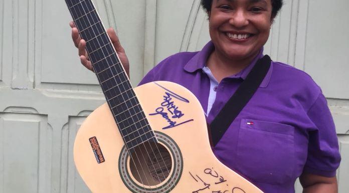 """Denise Moreira foi a sorteada da """"Ação entre Amigos' que a premiou com um violão do Wesley Safadão autografado pelo artista, e ainda por Amado Batista e Felipe Araújo."""