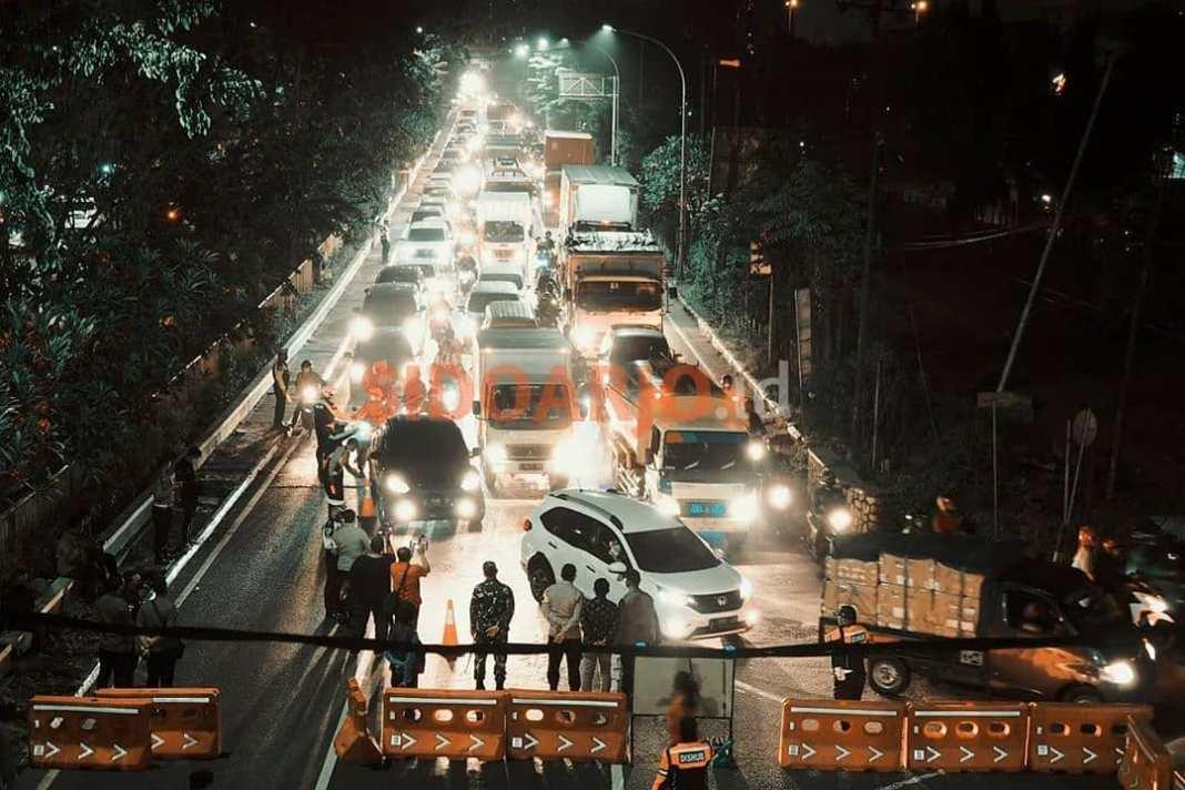 Akses jalan dari arah surabaya ke arah sidoarjo di tutup. . Mulai jam 22.00 sampai jam 04.00 ha...
