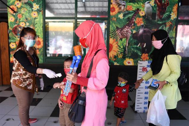 Hujan Tidak Halangi Pengunjung KBS Nikmati Liburan