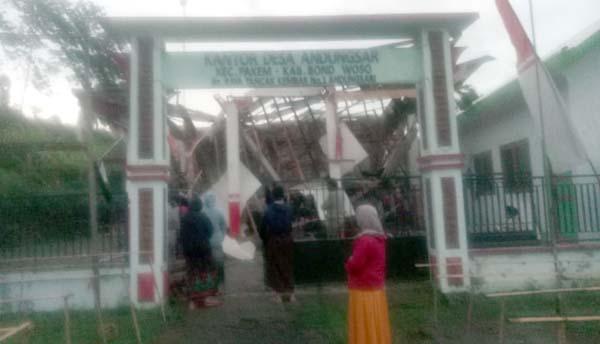 Baru Empat Tahun Berdiri Atap Pendopo Balai Desa Ambruk