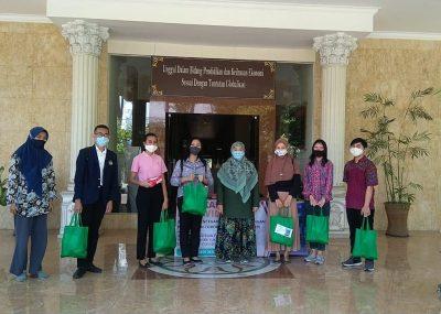 Tim PKM Kerjasama dengan LKM FE Unesa, Bagikan Sembako untuk Mahasiswa