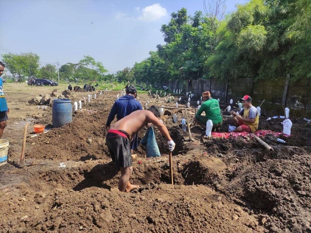 Gus Muhdlor Tegaskan Bahwa Penggali Makam Khusus Covid-19 di Praloyo Sudah Menerima Gaji Rutin…