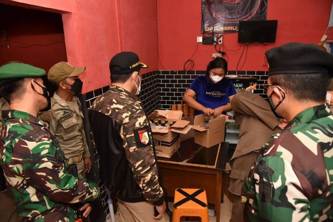Pertegas PPKM Darurat,  Satgas Covid-19 Sidoarjo Razia Cafe di Raya Juanda serta Sita  Puluhan B…