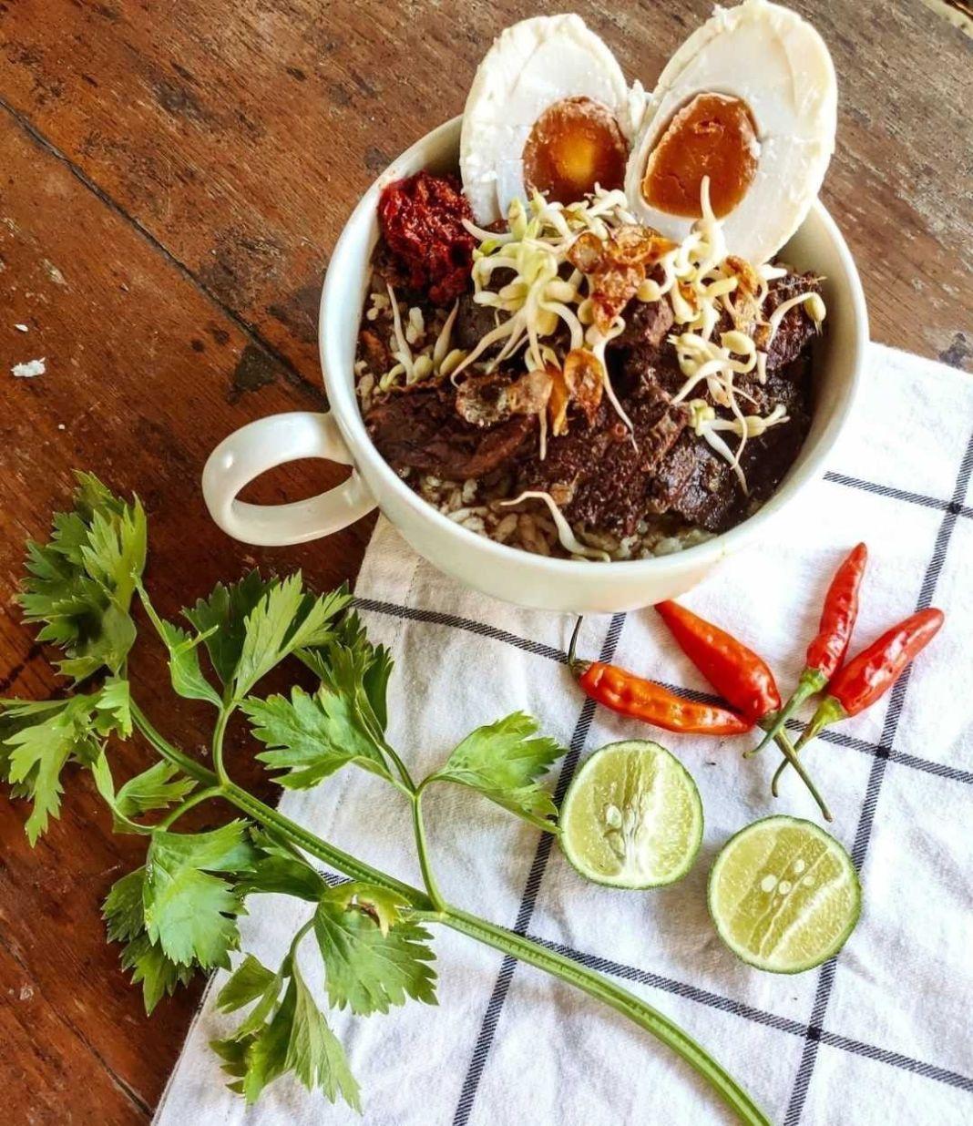Info kuliner, ~ Rawon Surabaya ~  Bahan : • 1kg daging sapi ( lebih mantap pake sandung lamur) • 2,5 lt air •…