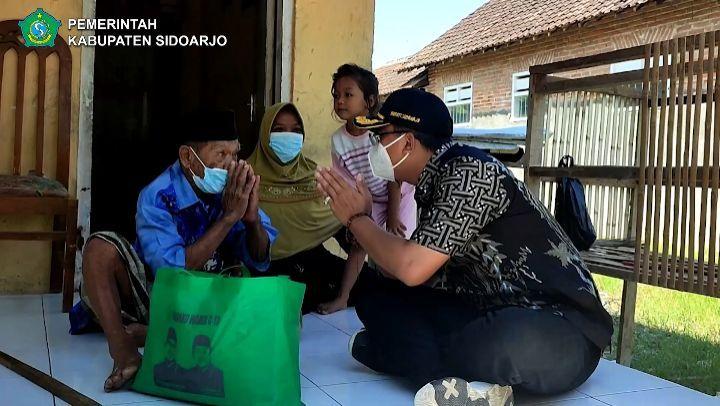 Forkopimda Sidoarjo Tinjau Gerai Vaksinasi Mobile serta salurkan Bantuan Sembako bagi warga Terda…
