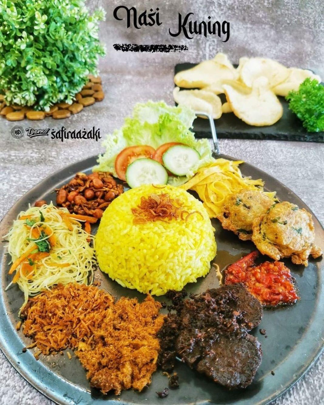 Info kuliner, Nasi Kuning  Bahan-bahan 500 gr beras, cuci bersih, tiriskan (me : 2 cup)  Bumbu Tumis : 3 siun…
