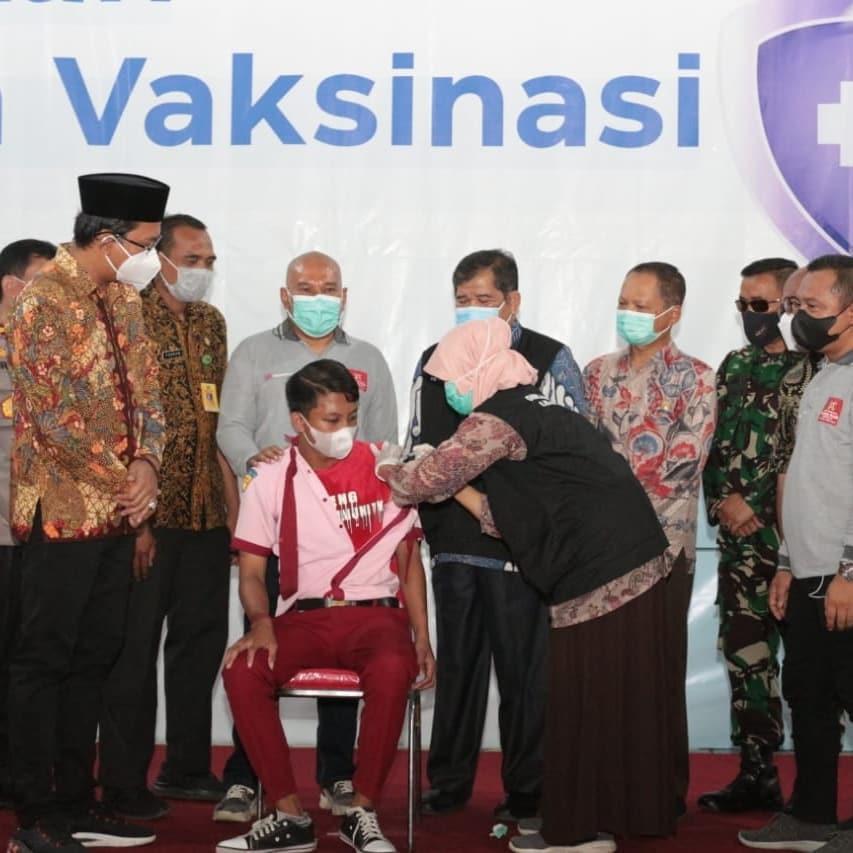Vaksinasi usia 12-17 tahun dosis 2 pada seribu pelajar digelar Pemkab Sidoarjo bersama PT. Ka…