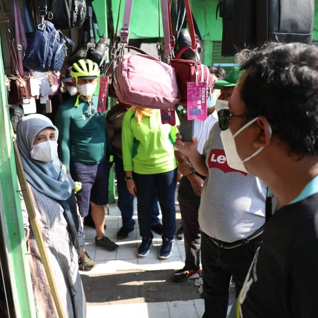 Bupati Sidoarjo Ahmad Muhdlor (Gus Muhdlor) gowes berangkat dari Pendopo menuju Pasar Krian unt…