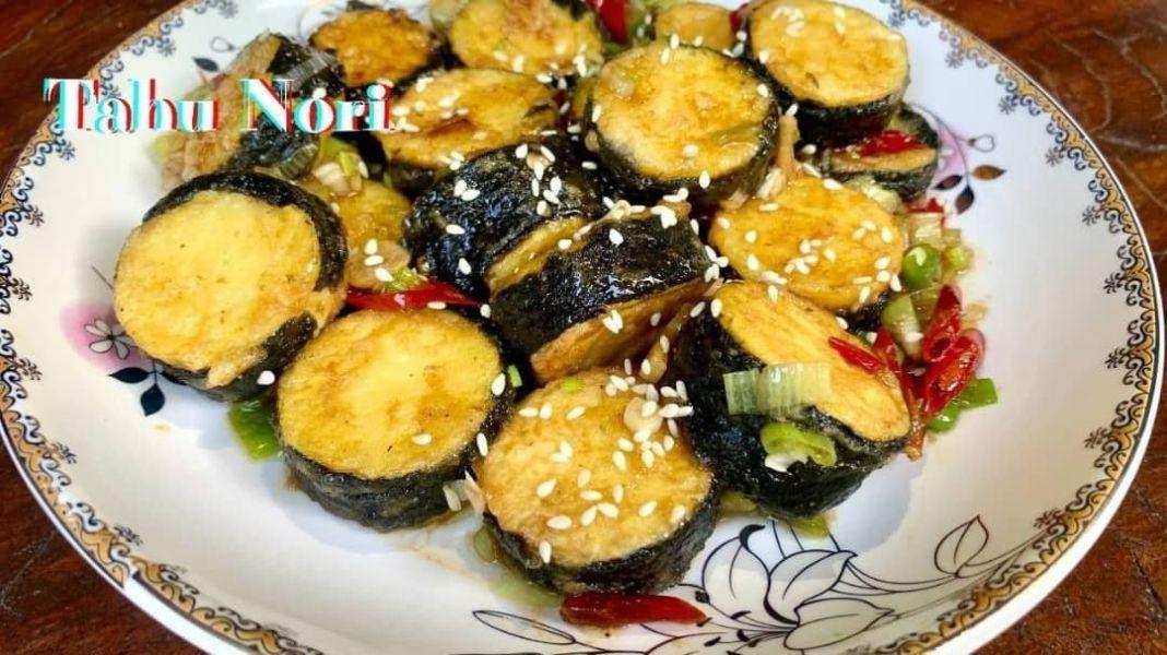 "Info kuliner, Bikin menu yang lagi viral ya guys……""TAHU NORI ""  Bahan – bahan nya :  – 2 buah tahu – 2 lembar…"